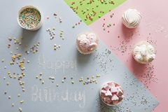 Zamyka w górę fotografii z marshmallow, cukierkiem i listami, Szczęśliwy Birthda Zdjęcia Royalty Free