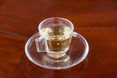 Zamyka w górę gorącego herbacianego ziele w filiżance na stole Zdjęcia Royalty Free
