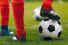 Zamyka w górę gracz piłki nożnej z piłką na trawy polu zdjęcia stock