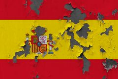 Zamyka w górę grungy, uszkadzającej i wietrzejącej Hiszpania flagi na ścianie struga daleko farbę widzieć wśrodku powierzchni, obrazy royalty free
