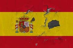 Zamyka w górę grungy, uszkadzającej i wietrzejącej Hiszpania flagi na ścianie struga daleko farbę widzieć wśrodku powierzchni, zdjęcia royalty free