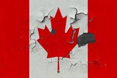 Zamyka w górę grungy, uszkadzającej i wietrzejącej Kanada flagi na ścianie struga daleko farbę widzieć wśrodku powierzchni, obrazy royalty free