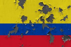 Zamyka w górę grungy, uszkadzającej i wietrzejącej Kolumbia flagi na ścianie struga daleko farbę widzieć wśrodku powierzchni, fotografia stock
