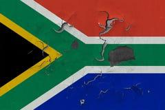 Zamyka w górę grungy, uszkadzającej i wietrzejącej Południowa Afryka flagi na ścianie struga daleko farbę widzieć wśrodku powierz obraz stock
