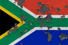 Zamyka w górę grungy, uszkadzającej i wietrzejącej Południowa Afryka flagi na ścianie struga daleko farbę widzieć wśrodku powierz zdjęcia stock
