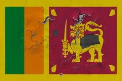 Zamyka w górę grungy, uszkadzającej i wietrzejącej Sri Lanka flagi na ścianie struga daleko farbę widzieć wśrodku powierzchni, fotografia royalty free