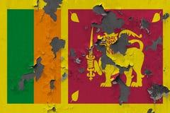 Zamyka w górę grungy, uszkadzającej i wietrzejącej Sri Lanka flagi na ścianie struga daleko farbę widzieć wśrodku powierzchni, obrazy stock