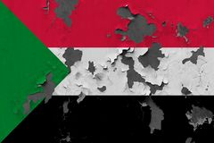 Zamyka w górę grungy, uszkadzającej i wietrzejącej Sudan flagi na ścianie struga daleko farbę widzieć wśrodku powierzchni, zdjęcie stock