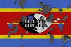 Zamyka w górę grungy, uszkadzającej i wietrzejącej Swaziland flagi na ścianie struga daleko farbę widzieć wśrodku powierzchni, obraz royalty free