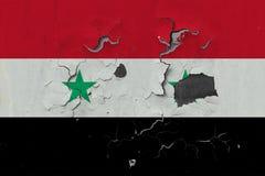 Zamyka w górę grungy, uszkadzającej i wietrzejącej Syrii flagi na ścianie struga daleko farbę widzieć wśrodku powierzchni, obrazy royalty free