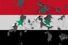 Zamyka w górę grungy, uszkadzającej i wietrzejącej Syrii flagi na ścianie struga daleko farbę widzieć wśrodku powierzchni, obraz royalty free