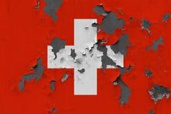 Zamyka w górę grungy, uszkadzającej i wietrzejącej Szwajcaria flagi na ścianie struga daleko farbę widzieć wśrodku powierzchni, obrazy royalty free