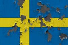 Zamyka w górę grungy, uszkadzającej i wietrzejącej Szwecja flagi na ścianie struga daleko farbę widzieć wśrodku powierzchni, fotografia stock