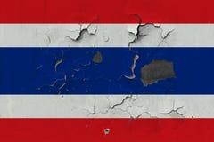 Zamyka w górę grungy, uszkadzającej i wietrzejącej Tajlandia flagi na ścianie struga daleko farbę widzieć wśrodku powierzchni, obrazy royalty free