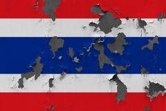 Zamyka w górę grungy, uszkadzającej i wietrzejącej Tajlandia flagi na ścianie struga daleko farbę widzieć wśrodku powierzchni, zdjęcie stock