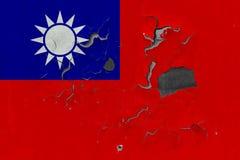 Zamyka w górę grungy, uszkadzającej i wietrzejącej Tajwan flagi na ścianie struga daleko farbę widzieć wśrodku powierzchni, fotografia royalty free