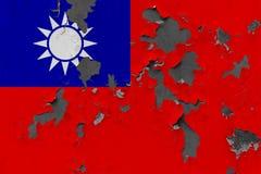 Zamyka w górę grungy, uszkadzającej i wietrzejącej Tajwan flagi na ścianie struga daleko farbę widzieć wśrodku powierzchni, zdjęcie stock
