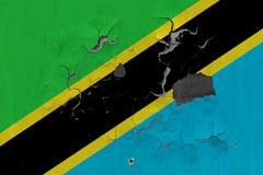 Zamyka w górę grungy, uszkadzającej i wietrzejącej Tanzania flagi na ścianie struga daleko farbę widzieć wśrodku powierzchni, obrazy stock