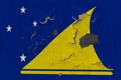 Zamyka w górę grungy, uszkadzającej i wietrzejącej Tokelau flagi na ścianie struga daleko farbę widzieć wśrodku powierzchni, obraz royalty free