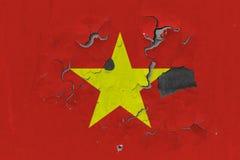 Zamyka w górę grungy, uszkadzającej i wietrzejącej Wietnam flagi na ścianie struga daleko farbę widzieć wśrodku powierzchni, zdjęcie royalty free