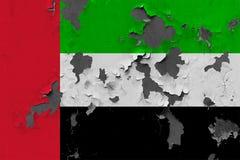 Zamyka w górę grungy, uszkadzającej i wietrzejącej Zjednoczone Emiraty Arabskie flagi na ścianie struga daleko farbę widzieć wśro obraz stock