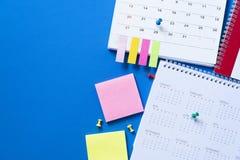 Zamyka w górę kalendarza na błękitnym stole obraz stock