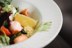 Zamyka w górę karmowego wizerunku piec łososiowa sałatka Makro- karmowa fotografia zdrowy posiłek Ostrość na cytrynie obrazy stock
