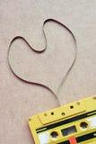 Zamyka w górę kasety taśmy w kształcie serce na drewnianym tle Fotografia Stock