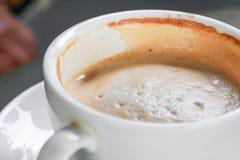Zamyka w górę kawowego cappuccino na drewnianym podłogowym tle Obrazy Royalty Free