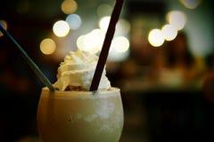 Zamyka w górę Kawowego Smoothie Kawowy Frappuccino na bokeh tle zdjęcia stock