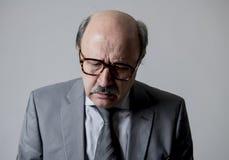 Zamyka w górę kierowniczego portreta łysy 60s biznesowego mężczyzna starszy smutny, przygnębiony patrzeć depresją w smucenie emoc fotografia royalty free