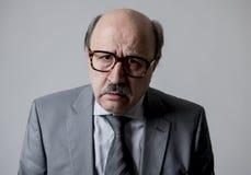 Zamyka w górę kierowniczego portreta łysy 60s biznesowego mężczyzna starszy smutny, przygnębiony patrzeć depresją w smucenie emoc Obraz Royalty Free