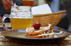 Zamyka w górę kiszonego miękkiego camembert sera, piwa i Zdjęcie Royalty Free