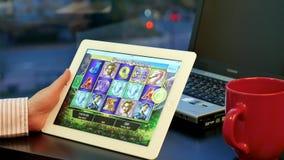 Zamyka w górę kobiety bawić się automat do gier grę
