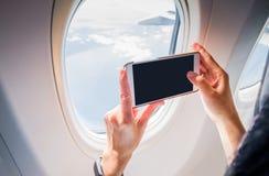Zamyka w górę kobiety ręki mienia telefonu komórkowego i bierze fotografii outsid Obraz Stock