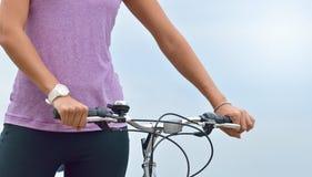 Zamyka w górę kobiety ręki na rowerowych handlebars Obraz Royalty Free