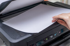 Zamyka w górę kobiety ręki z pracującym copier, drukarka Zdjęcia Royalty Free