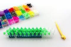 Zamyka w górę Kolorowego elastyczni tęczy krosienka zespoły w pudełku Obraz Royalty Free