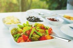 Zamyka w górę Kolorowej świeżej organicznie jarzynowej sałatki na bielu stole Pieprze, pomidorowy ser zdjęcie stock