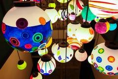 Zamyka w górę kolorowej olśniewającej wiszącej lampowej piłki Fotografia Royalty Free