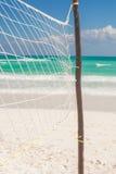 Zamyka w górę koszykówki sieci przy pusty tropikalnym Obraz Royalty Free