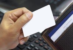 Zamyka w górę kredytowej karty w męskiej ręce i czarnym portflu, biznes Zdjęcia Stock