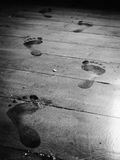 Krok naprzód na zakurzonej podłoga fotografia stock