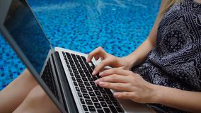 Zamyka w górę laptopu i ręk pisać na maszynie wiadomość z pływackiego basenu tłem w zwolnionym tempie zbiory wideo