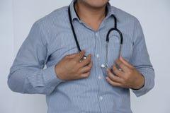 Zamyka w górę lekarki i Azja lekarki na szarym tle stetoskopu, profesjonalisty/ fotografia royalty free