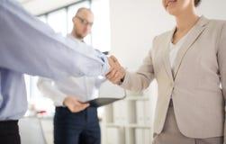 Zamyka w górę ludzie biznesu robi uściskowi dłoni obrazy royalty free