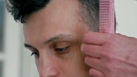 Zamyka W górę Męskiej twarzy w zakładzie fryzjerskim Fryzjer Ciie włosy cążki młody człowiek zdjęcie wideo