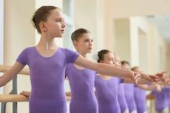 Zamyka w górę młodych balerin ćwiczy balet Zdjęcia Stock