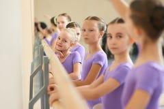 Zamyka w górę młodych balerin przy baletniczym studiiem Obrazy Royalty Free