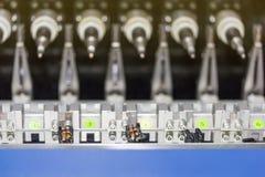 Zamyka w górę małego elektrycznego transformatoru przy dużą precyzją i dokładnością wieloskładnikowa automatyczna zwitki cewienia zdjęcie stock